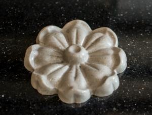 Мраморная розетка