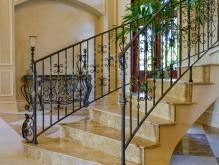Мраморная лестница с перилами